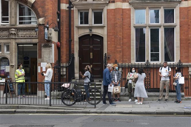 Người dân chờ tiêm chủng vaccine ngừa COVID-19 tại London, Anh, ngày 17/6/2021. Ảnh: THX/TTXVN
