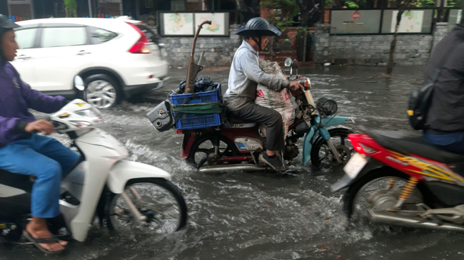 Đường Quốc Hương đoạn trước cổng Trường Đại học Văn hóa ngập nặng trong dòng nước đen ngòm.