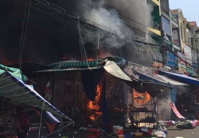 Cháy rụi cửa hàng kinh doanh chợ Hạnh Thông Tây (TP Hồ Chí Minh)