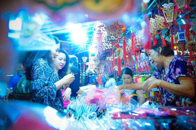 Ngoài bày bán lồng đèn, phố lồng đèn còn bày bán nhiều đồ trang trí khác để thu hút các bạn trẻ mua sắm khi đêm về.