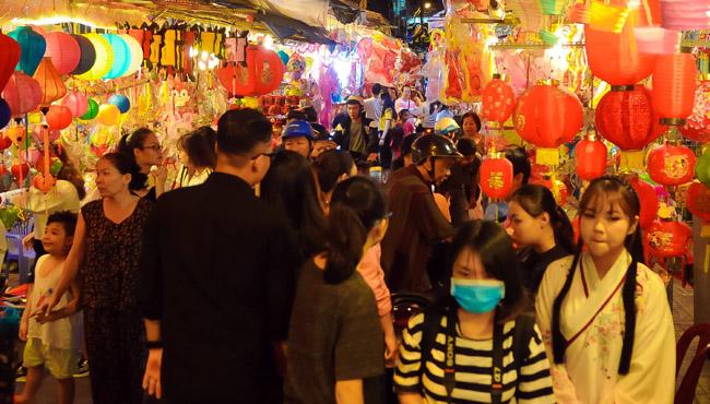 Phố đèn lồng tại TP Hồ Chí Minh đông khách bắt đầu từ 19 giờ tối hàng ngày.
