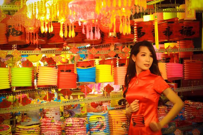 Nhiều bạn trẻ còn diện quần áo dài cách tân để tôn lên vẻ đẹp của mình bên những chiếc lồng đèn truyền thống.