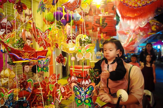 Dịp này, nhiều gia đình cũng tranh thủ chở con đến phố lồng đèn vui chơi, mua sắm.