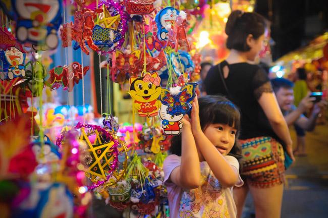Các bé tạo dáng bên những chiếc đèn lồng ở phố Lương Nhữ Học (quận 5).