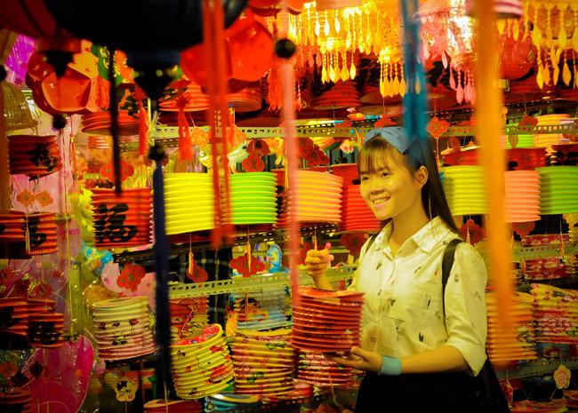 Màn đêm buông xuống, các bạn trẻ TP Hồ Chí Minh lại kéo nhau về đây để chụp những bức ảnh kỉ niệm bên những chiếc đèn lồng đủ màu sắc.