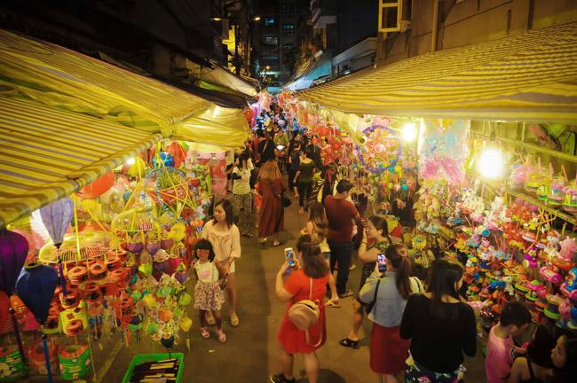 Chập tối, lượng khách đến phố đèn lồng quận 5 chủ yếu vẫn để chụp ảnh, tham quan chứ chưa mua sắm nhiều do chưa đến Tết Trung thu.