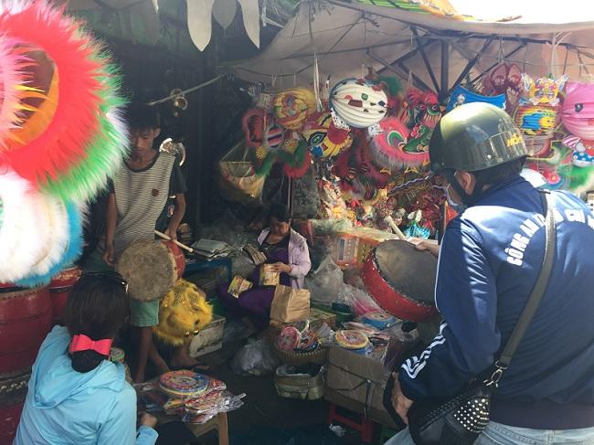 Khu vực bán trống và đầu lân trên đường Ngô Nhân Tịnh (quận 6) cũng bắt đầu chào hàng cho khách từ đầu tháng 7 âm lịch.