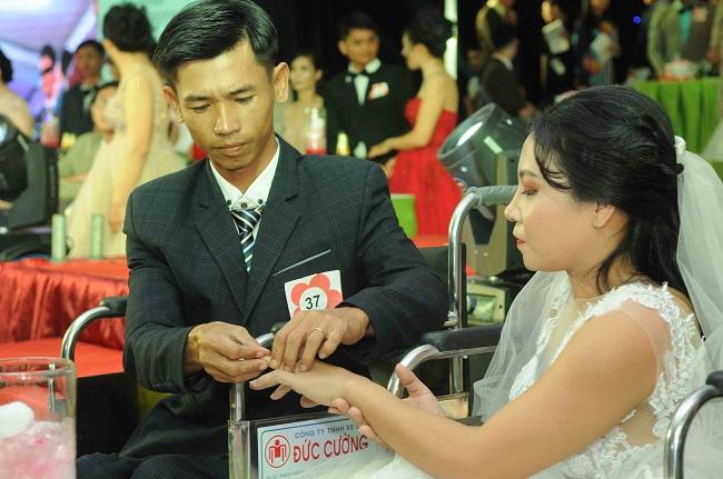 Các cặp đôi trao nhẫn cưới cho nhau trong ngày trọng đại của cuộc đời.