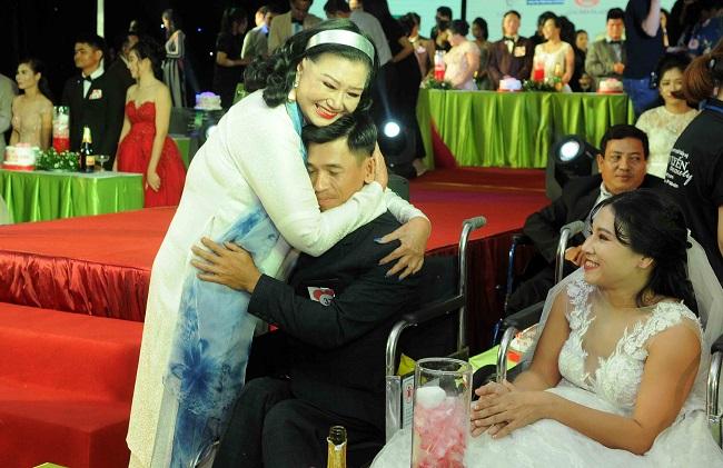 Các cặp đôi khuyết tật nhờ NSND Kim Cương mà có thể cảm nhận được hạnh phúc trong ngày cưới như thế nào.