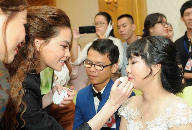Ca sỹ Hồ Ngọc Hà trang điểm cho các cô dâu trong ngày cưới tại TP Hồ Chí Minh.
