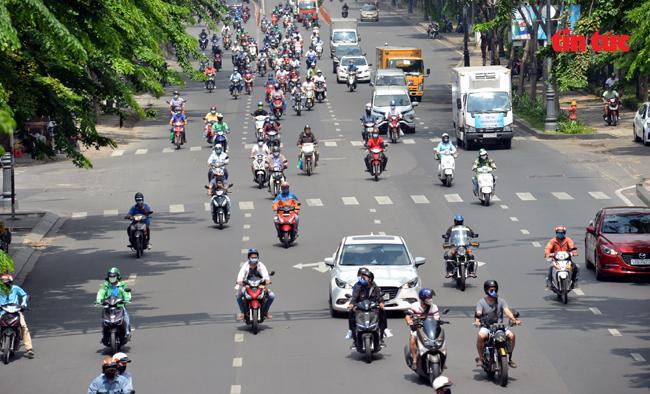 Nhiều tuyến đường TP Hồ Chí Minh đông đúc người xe trong ngày gần hết hạn giãn cách xã hội