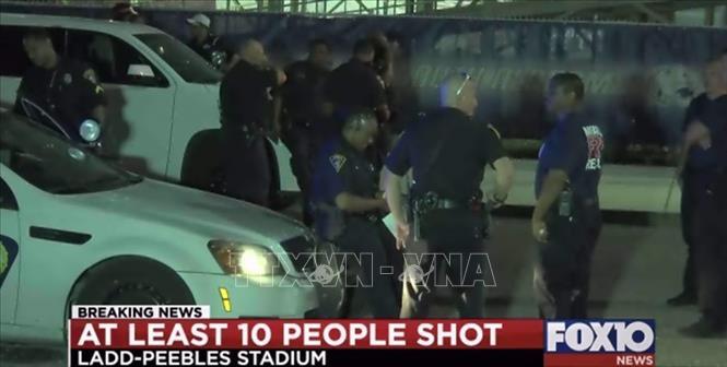 Cảnh sát phong tỏa hiện trường vụ xả súng tại sân vận động Ladd-Peebles ở thành phố Mobile thuộc bang Alabama, Mỹ tối 30/8/2019. Ảnh: FOX10/TTXVN