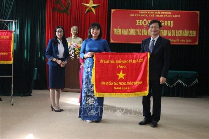Phó Chủ tịch Ủy ban Nhân dân tỉnh Hải Dương Lương Văn Cầu trao cờ thi đua của Bộ Văn hóa, Thể thao và Du lịch cho Sở Văn hóa,Thể thao và Du lịch tỉnh Hải Dương đã hoàn thành xuất sắc nhiệm vụ năm 2019.