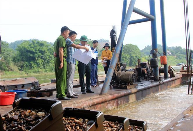 Đoàn kiểm tra của Sở Tài nguyên và Môi trường tỉnh Tuyên Quang kiểm tra hoạt động của các công ty được cấp phép khai thác cát, sỏi.