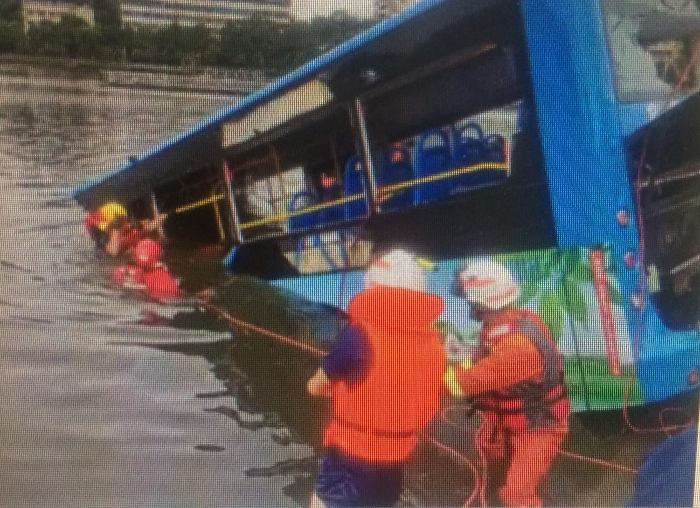 Xe buýt lao xuống hồ, nhiều học sinh thiệt mạng