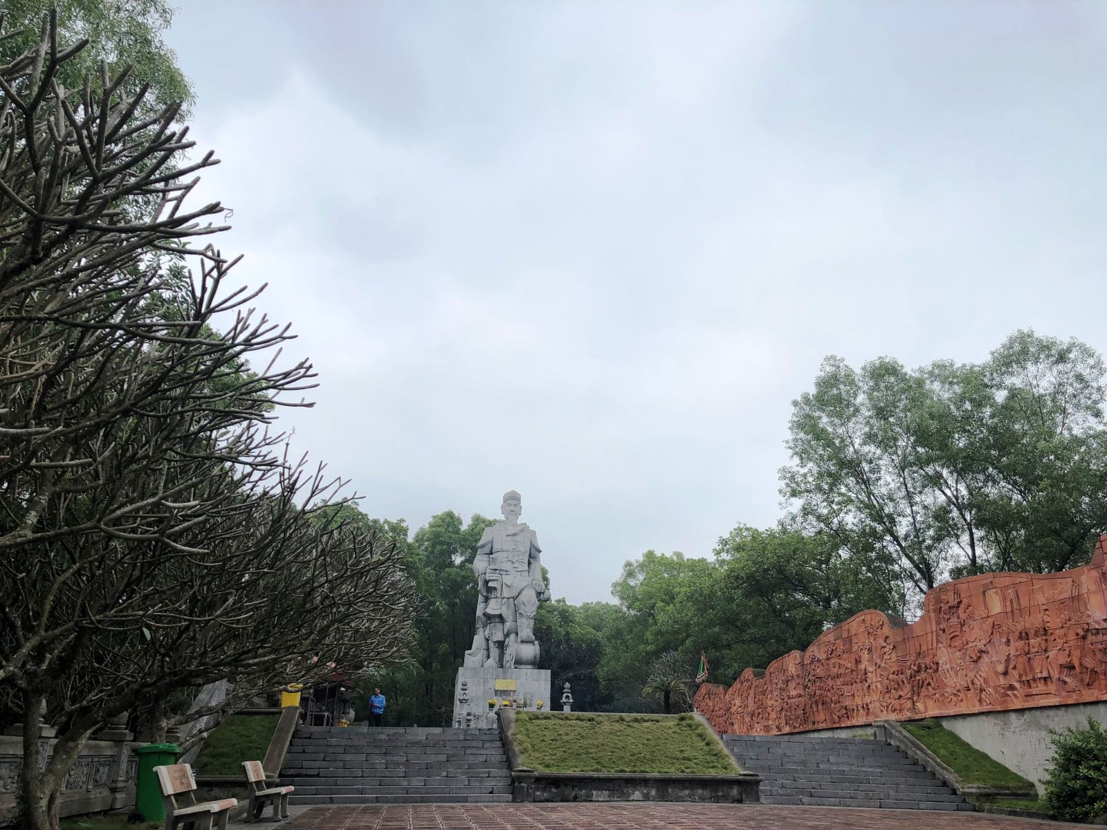 Một điểm tham quan không thể bỏ qua tại di tích này là tượng Quốc Công Tiết Chế Hưng Đạo Đại Vương Trần Quốc Tuấn, tọa lạc trên một ngọn núi thuộc dãy An Phụ có độ cao 200m so với mực nước biển, thấp hơn Đền Cao An Sinh Vương chừng 50m.