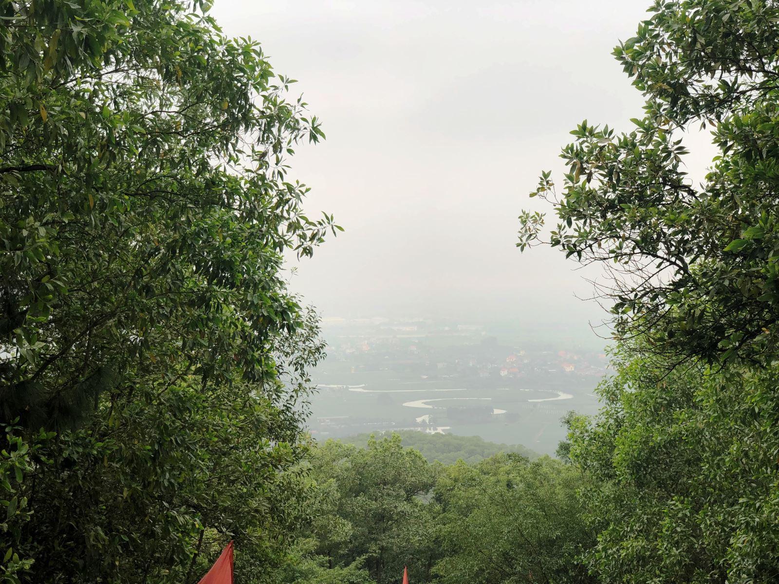 Những ngày trời quang, từ đỉnh núi An Phụ có thể ngắm toàn cảnh vùng Kinh Môn với dòng Kinh Thầy uốn khúc.