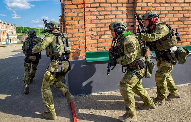 """Tình huống """"ngăn chặn"""": Nhóm đặc nhiệm vào vị trí chiến đấu và chặn mọi cửa ra vào của một căn nhà vùng nông thôn. Nhiệm vụ là tiêu diệt mục tiêu phiến quân xuất hiện ở cửa sổ và cửa ra vào nhưng không cần ập vào tòa nhà."""