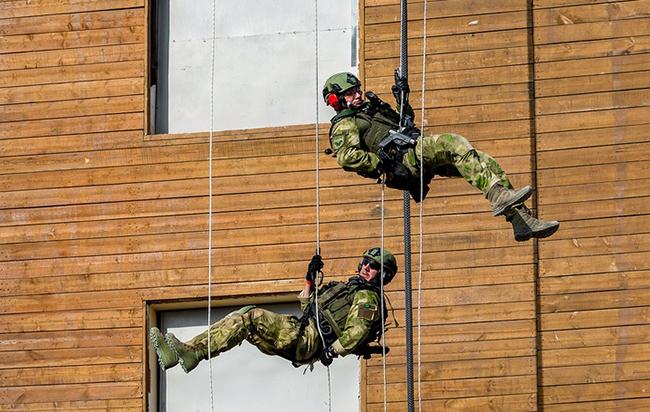 """Tình huống """"nhà ngoại giao"""": Chiến dịch yêu cầu """"tìm kiếm và tiêu diệt"""" thường thực hiện xa các thành phố và khu dân cư. Trong đó phiến quân bắt nhà ngoại giao cấp cao và giữ nhân vật này làm con tin trên núi. Đội trinh sát nhận nhiệm vụ tìm ra địa điểm và truyền thông tin cho trụ sở. Sau đó cấp trên cử một trực thăng đưa lực lượng đặc nhiệm tới địa điểm. Ban đầu lính bắn tỉa từ trên trực thăng sẽ nổ súng thủ tiêu lính gác ở vùng ngoài, tiếp đó một đội xuống mặt đất, vô hiệu hóa mọi tên khủng bố và giải cứu nhà ngoại giao."""