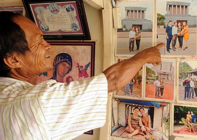 Ông Ba Chúc chỉ người trong hình mà sau khi cứu sống đã nhận vợ chồng ông là cha mẹ nuôi.